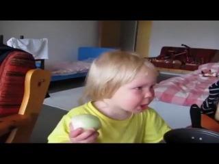 Девочка поедает лук